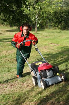 tondeuse rouge et son paysagiste jardinier casqué